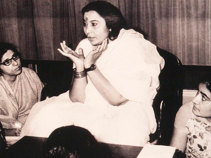 shri-mataji-nirmala-devi-teaching-sahaja-yoga-meditation-in-india